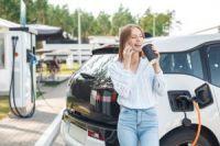 Auto elettriche e ibride, costi ridotti della metà rispetto alle auto tradizionali